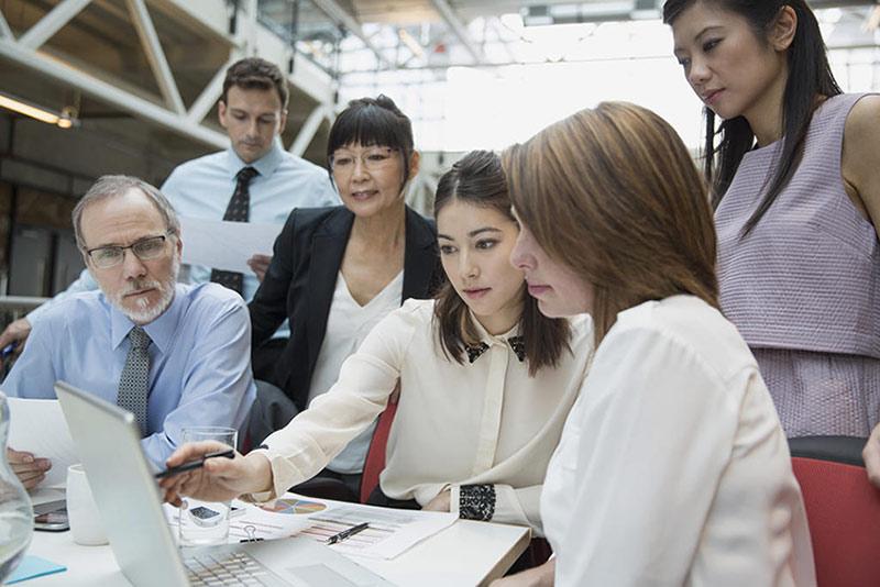 Quatre collègues en réunion